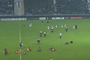 H καθιστική διαμαρτυρία στο γήπεδο που έγινε viral! (Video)