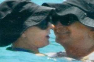 Καυτά φιλιά στην παραλία για Αννίτα Πάνια και Νίκο Καρβέλα!