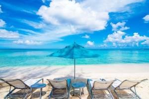 Πόσο επικίνδυνες είναι οι ξαπλώστρες και η άμμος;