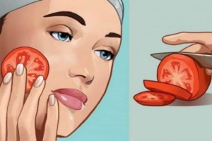 Βαζει μια φέτα ντομάτας στο πρόσωπό και έχει εκπληκτικό αποτέλεσμα!