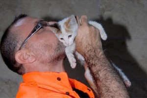 Απίστευτο: Εργάτης σώζει γατάκι με...φιλί της ζωής! (Video)