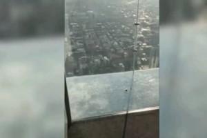 Εφιάλτης: 'Eσπασε το γυάλινο πάτωμα σε ουρανοξύστη! (Video)