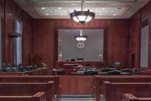 Σοκ: Έκοψε τον λαιμό του μπροστά στους δικαστές! (Video)