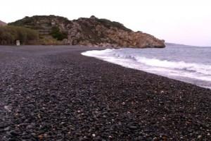 Η ελληνική παραλία παγκόσμιο φαινόμενο: Γιατί απαγορεύεται ρητά να πάρεις βότσαλο από εκεί;