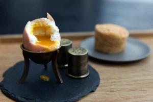 Πώς να απομακρύνετε τη μυρωδιά του αυγού από τα πιάτα σας;