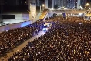Χονγκ Κονγκ: Πλήθος διαδηλωτών ανοίγει σε δευτερόλεπτα για να περάσει ασθενοφόρο! (Video)