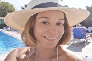 Κατερίνα Παπουτσάκη: Με καυτό μαγιό χωρίς ίχνος μακιγιάζ! Πλούσια προσόντα