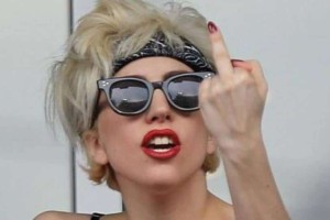 Έξαλλη η Lady Gaga: «Ή θα είστε ευγενικοί ή να πάτε να γ.......»!