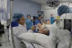 Μανούλα  γεννά δίδυμα για 2η φορά και μόλις οι νοσοκόμες κοιτούν ανάμεσα στα πόδια, παγώνουν!