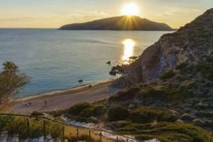Η μαγευτική κρυφή παραλία της Αττικής που γνωρίζουν μόνο οι πολύ ψαγμένοι!