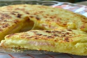 Πίτσα στο τηγάνι με ζύμη πατάτας, ζαμπόν και τυρί!
