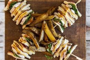 Το πιο τέλειο club sandwich με αβγό τυρί καπνιστό και τραγανό μπέικον!