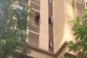 """Σοκ: Γιαγιά κατεβαίνει 10 ορόφους σαν τον """"spiderman""""!"""