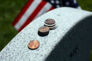 Εάν ποτέ δείτε κέρματα πάνω σε κάποιον τάφο μην τα ακουμπήσετε! (video)