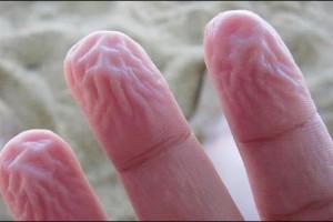 Γιατί ζαρώνουν τα δάχτυλά σας μέσα στο νερό; Και δεν είναι για τον λόγο που νομίζετε...