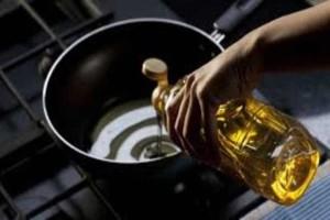 Μεγάλη προσοχή: Ξέρετε πού πρέπει να ρίχνετε το λάδι μετά από το μαγείρεμα;