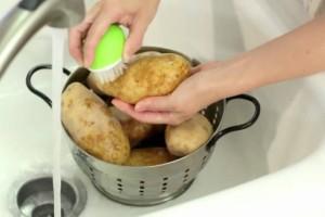 Πώς να πλένετε τις πατάτες αν είστε...τεμπέληδες!!