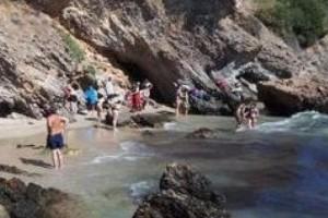 Συναγερμός στο Πόρτο Ράφτη: Μεγάλος κίνδυνος να πέσει βράχος σε πολυσύχναστη παραλία λόγω σεισμού!