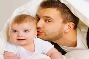 Πάει ο μπαμπάς στο κρεβάτι του παιδιού του για να το καληνυχτίσει και…: Το ανέκδοτο της ημέρας (20/07)