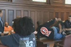 Απίστευτο: Πλάκωσαν τον δολοφόνο της μητέρας τους μέσα στο δικαστήριο! (Video)