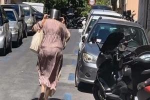 Η φωτογραφία της Ημέρας: Η κυρία με την κατσαρόλα στο κεφάλι που κάνει τον γύρο του διαδικτύου από τον σεισμό της Αθήνας!