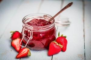 Μαρμελάδα φράουλα με καστανή ζάχαρη για όσους προσέχουν!