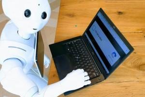 Αυτό είναι το πρώτο ανθρωποειδές ρομπότ που εργάζεται σε εταιρεία ακινήτων!