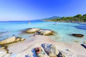 Το άγνωστο εξωτικό ελληνικό νησί που έχει ζεστά νερά όλο το χρόνο και καθόλου κύμα!