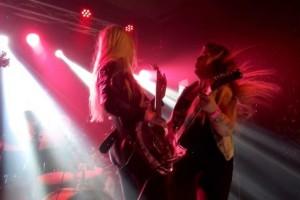 Το γυναικείο συγκρότημα που εμφανιζόταν χωρίς ρούχα και «ικανοποιούσε» τυχερό θαυμαστή (photos)