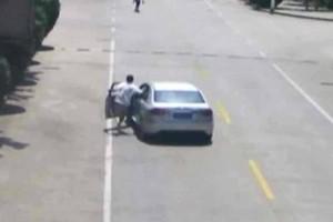 Βίντεο σοκ: Ταξιτζής σταματάει αυτοκίνητο χωρίς οδηγό και σώζει δύο παιδάκια!