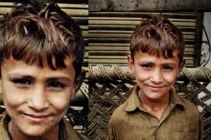 Ένα φτωχό αγόρι χτύπησε μια πόρτα για να ζητήσει φαγητό - Αυτός που του άνοιξε όμως του έδωσε πολλά περισσότερα!
