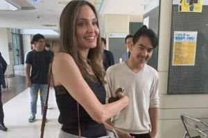 Γλυκιά μανούλα: Η Αντζελίνα Τζολί αποχαιρετά τον γιο της και συγκινείται! (Video)