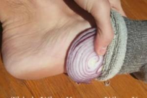 Να τι συμβαίνει όταν βάζετε κρεμμύδια στις κάλτσες σας ενώ κοιμάστε!
