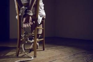 Σοκ: Απήγαγαν κωμικό, τη βασάνισαν και την ανάγκασαν να πιει λύματα! (photos)