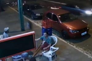 Βιντεο σοκ: Εκεί που έπινε την μπύρα τον παρέσυρε μια αδέσποτη...ρόδα!