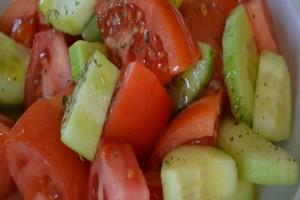 Οι ειδικοί προειδοποιούν: Μην ξαναφάτε αγγούρι με ντομάτα!