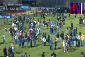 Άγρια επεισόδια σε ποδοσφαιρικό αγώνα: Τρεις νεκροί και 10 σοβαρά τραυματίες! (photos-video)