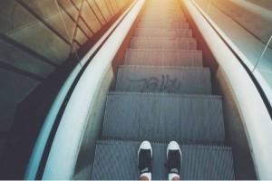 Το γνωρίζατε; Αυτός είναι ο λόγος που οι κυλιόμενες σκάλες έχουν οριζόντιες γραμμές!