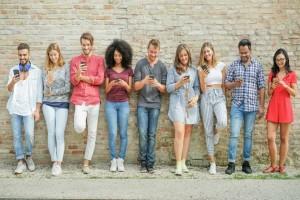 Απίστευτο: Η πολύωρη χρήση του κινητού συμβάλει στην παχυσαρκία!