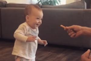 Το πιο γλυκό βίντεο :Μωρό κάνει τα πρώτα του βήματα για χάρη... μιας πατάτας!