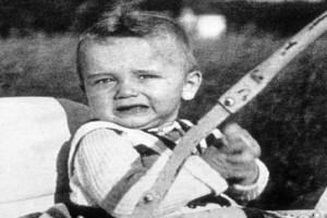 Ο πατέρας του τον έδερνε, του ξερίζωνε τα μαλλιά! Ποιος είναι ο μικρούλης που «έχτισε κορμί» και έγινε σταρ του Χόλιγουντ;