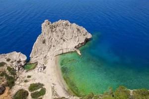"""Η κρυφή παραλία μια ανάσα από την Αθήνα που θυμίζει """"Γαλάζια Λίμνη""""!"""