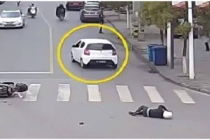 Yπάρχει θεία δiκη: Χτύπησε μοτοσικλετιστή και τον εγκατέλειψε! Δεiτε όμως, τι συνέβη στη συνέχεια..