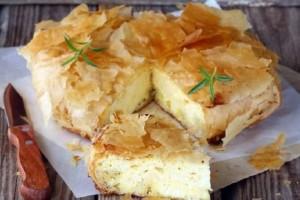 Φτιάξτε την πιο αφράτη και νόστιμη τυρόπιτα έτοιμη σε 10 λεπτά!