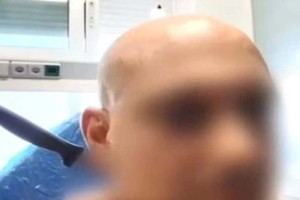 Μίλησε η 49χρονη που μαχαίρωσε τον κουμπάρο της στο λαιμό: «Κάρφωσα τον διάβολο!»
