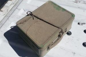 Βρήκαν ένα κουτί από το 1951 πίσω από έναν τοίχο του σπιτιού τους. Όταν είδαν τι έχει μέσα, έπαθαν το σοκ της ζωής τους!