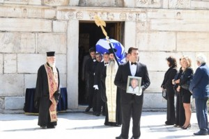 Συγγενείς και φίλοι αποχαιρέτησαν τον Αντώνη Λιβάνη! Ήταν όλοι στην κηδεία του!
