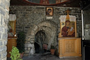 Ποιο είναι το θαυματουργό αγίασμα και η παράδοση με τον δράκο;