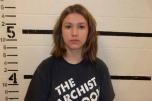 Σοκ: 18χρονη απειλούσε να αιματοκυλήσει σχολείο! (Video)