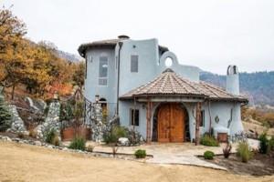 Αυτό το σπίτι μοιάζει συνηθισμένο εξωτερικά αλλά μέσα κρύβει ένα παραμυθένιο μυστικό! (photos)